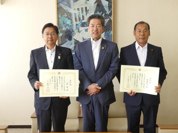 受賞された両氏と安田市長の写真